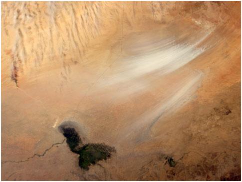 Bodele Çöküntüsü üzerinde bir toz fırtınası