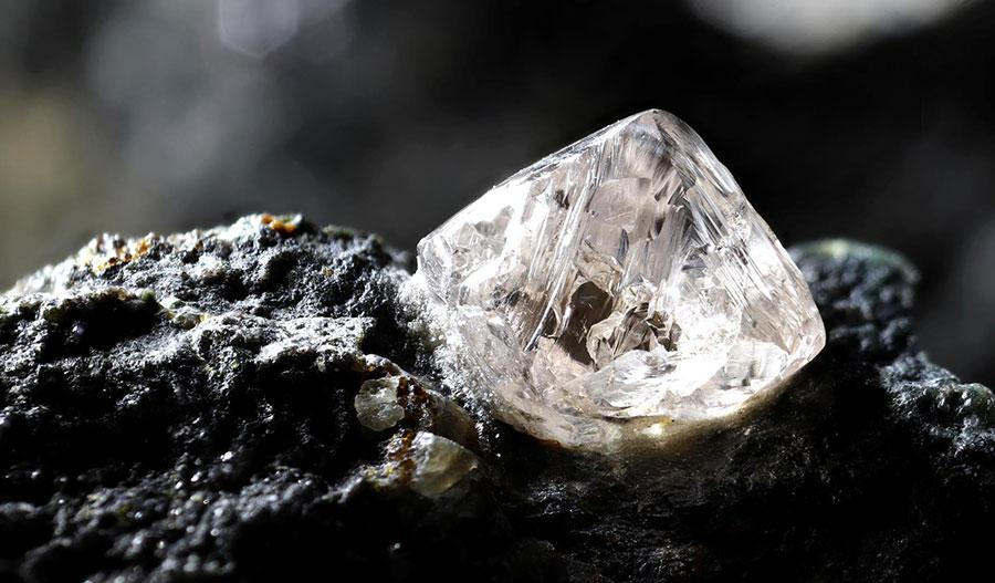 Dünya'nın kabuğunun derinliklerindeki elektrik alanları elmasın kristallenmesini sağlıyor