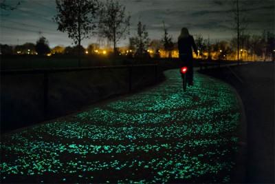 Yıldızlarla aydınlatılmış bisiklet yolu