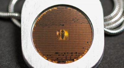 Bu küçük metal parada 1000 farklı dilin mikroskopik arşivi var