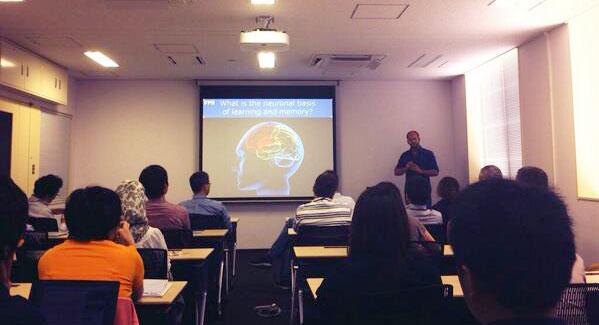 Dr. Steffen Wolff, Tsukuba Üniversitesi Uluslararası Bütünleşik Uyku Tıbbı Enstitüsündeki konferasında konuşma verirken